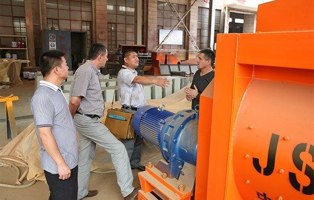 Los clientes rusos visitan la planta de hormigón de Camelway